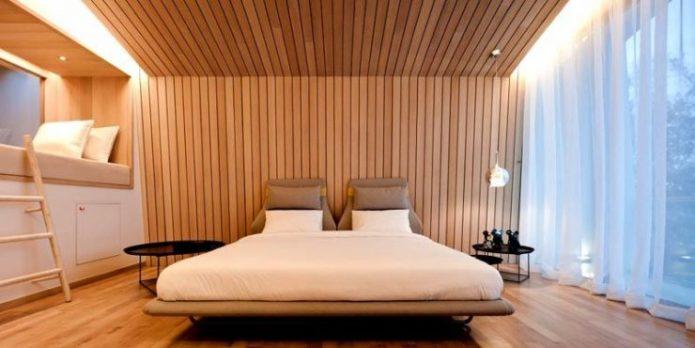 Облицовка стен и потолка ламинатом в спальне