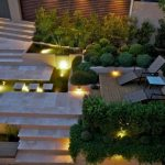 Двор с кустарниками