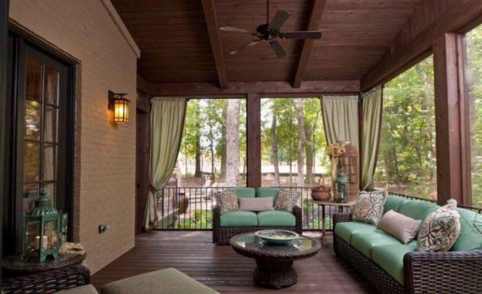 Закрытая терраса с садовой мебелью