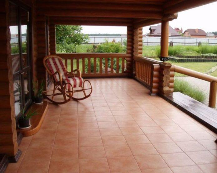 Кресло-качалка на террасе