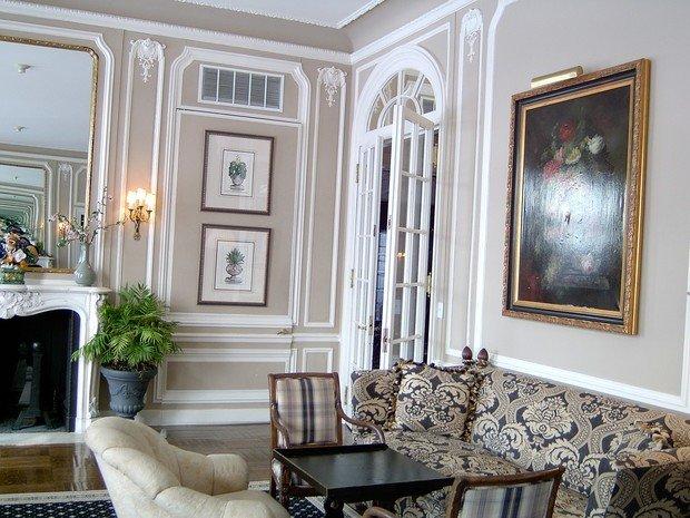 Декорирование гостиной молдингами