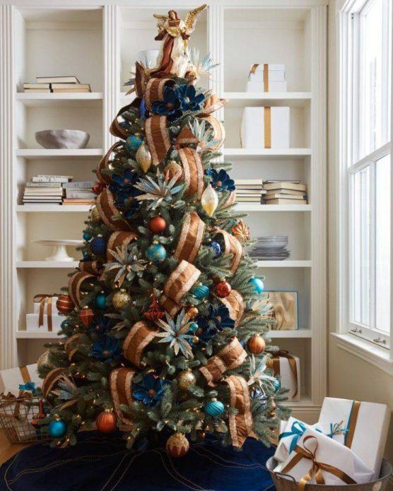 Новогодняя ёлка с тропическим декором