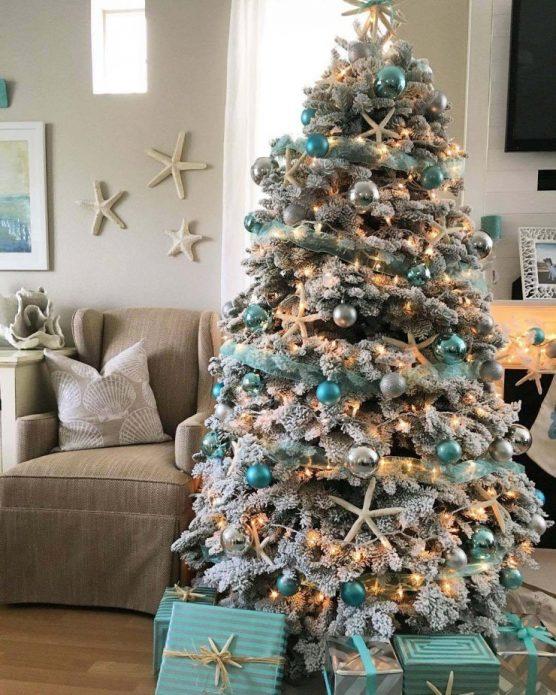 Новогодняя ёлка с декором в виде морских звёзд