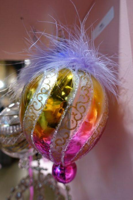 Ёлочная игрушка с декором из перьев
