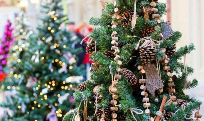 Новогодняя ёлка с украшениями из природных материалов