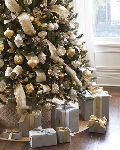 Классическое сочетание золота и серебра в оформлении новогодней ёлки