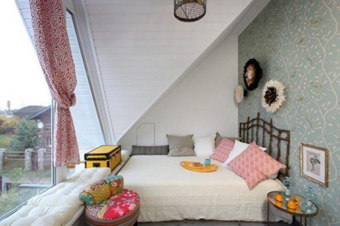 Спальня под крышей в деревенском стиле