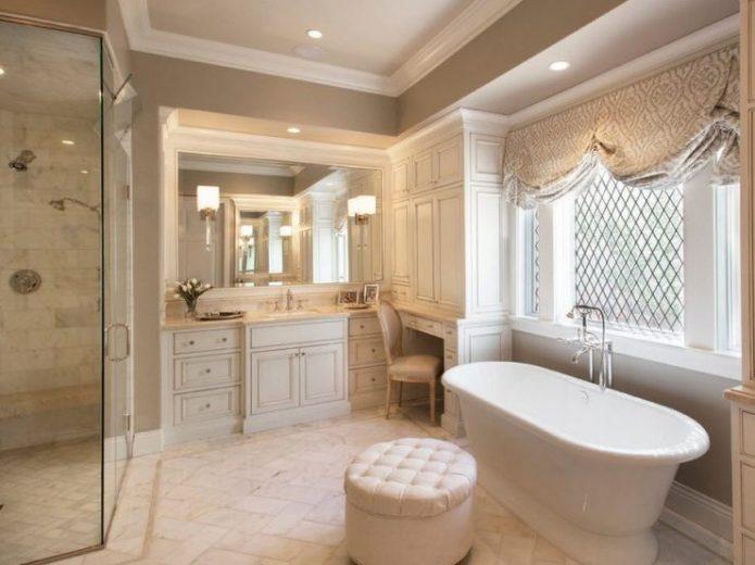 Просторная ванная в спокойных тонах