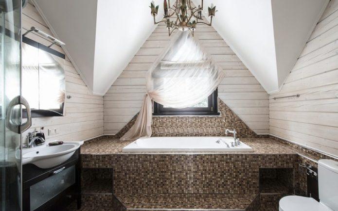 Изысканная ванная под крышей дома