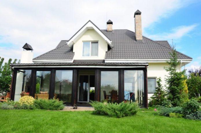Оформление фасада с помощью раздвижных стеклянных конструкций