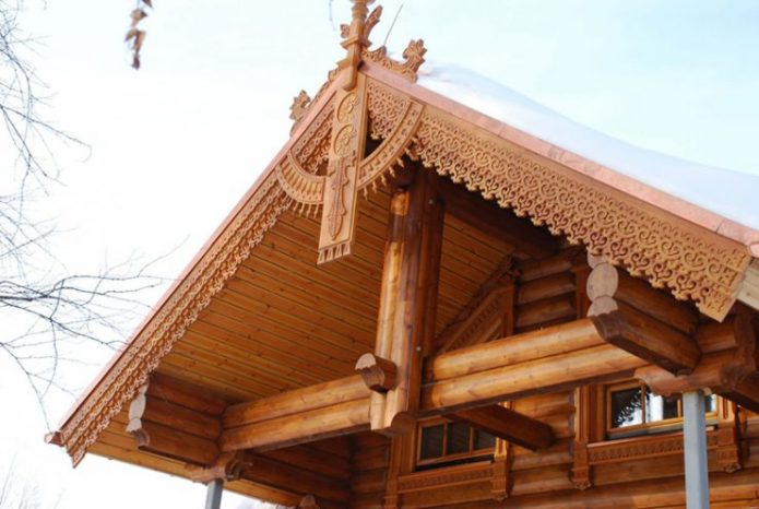 Деревянный дом из бруса с резными элементами