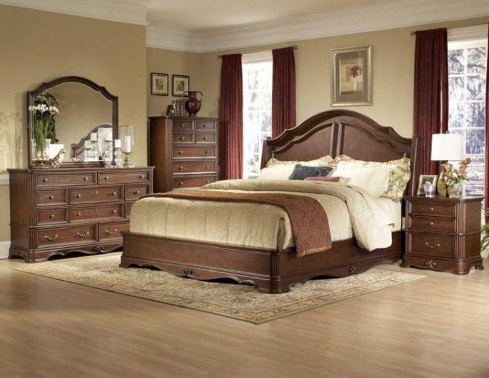 Коричневая мебель в классической спальне
