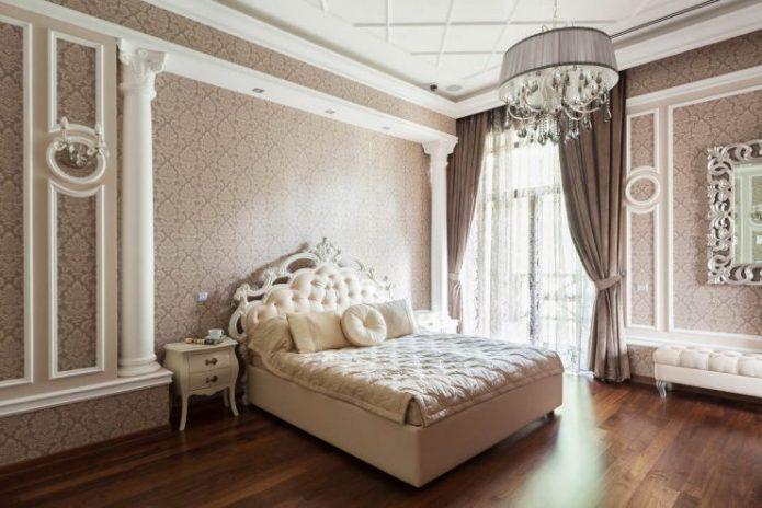 Кровать в спальне в классическом стиле