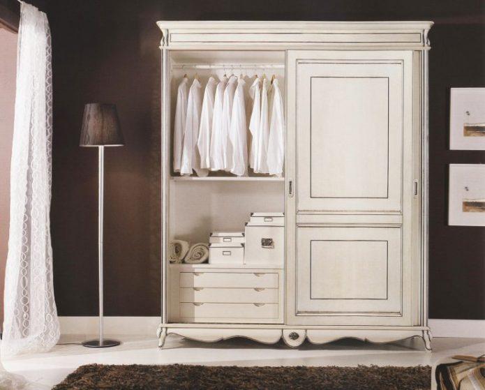 Шкаф в спальню в классическом стиле
