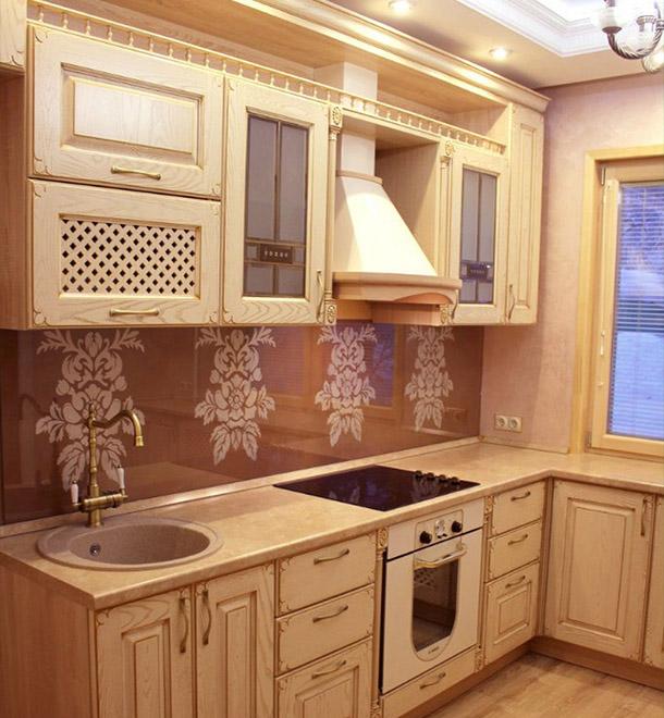 Современная классическая кухня в бежевом цвете