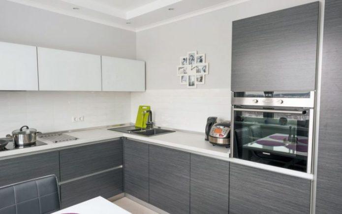 Дизайн белой кухни в сочетании с серым