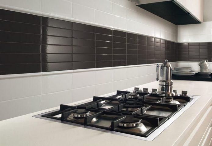 Дизайн чёрно-белой кухни с фартуком из плитки
