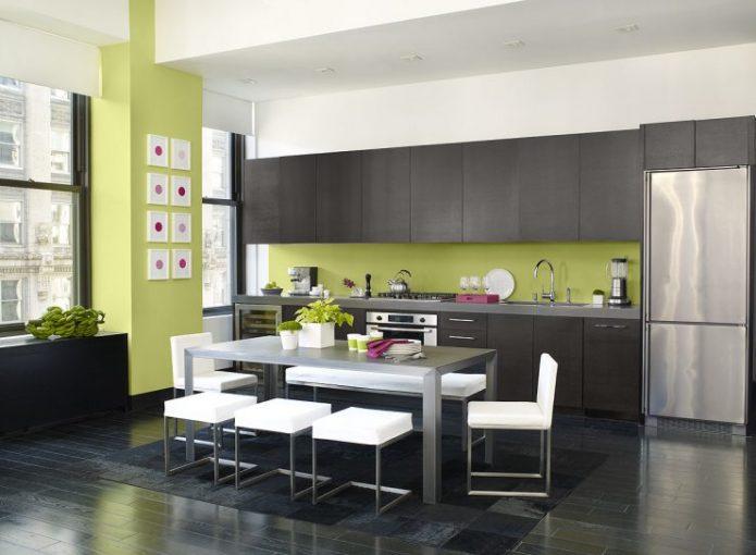 Дизайн чёрно-белой кухни с зелёными стенами