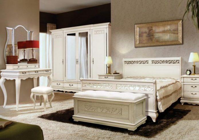 Просторная спальня с туалетным столиком